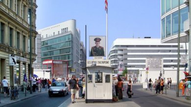 Photo of Checkpoint Charlie's spurious soldiers told to stand down in Berlin