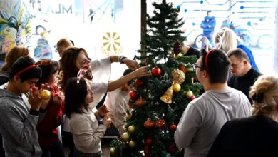 Photo of President Pendarovski, first lady Elizabeta decorate Christmas tree together with 'Dose of Happiness' day care