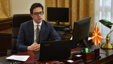 Photo of Pendarovski participates in video call with servicemembers