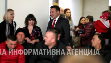 Photo of PM Zoran Zaev and Labor Minister Mila Carovska meet with welfare recipients