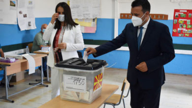 Photo of SDSM leader Zoran Zaev casts ballot
