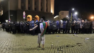 Photo of Arrests as protesters clash with police at Bulgarian parliament