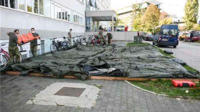 Photo of Croatian army sets up tents outside Zagreb University Hospital center